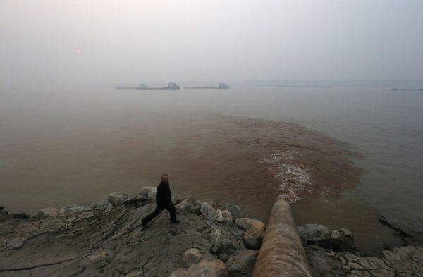 contaminación químicos tirados al agua