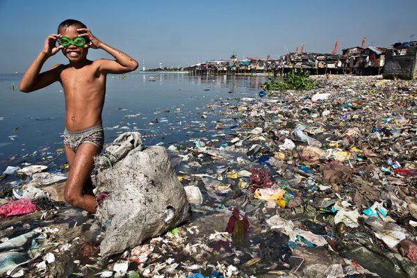 niño entre la basura